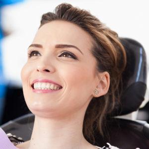 Ästhetische Füllungstherapie Heutzutage ist es in der modernen Zahnmedizin nicht mehr nur das Ziel, Schäden an Zähnen zu reparieren, es geht vielmehr darum, Erkrankungen der Zähne und des Zahnhalteapparates vorzubeugen. Wir erkennen bereits entstandene Schäden und behandeln Ihre Zähne unter grösstmöglicher Schonung, um Strukturen dauerhaft gesund zu erhalten.  Hochwertige und individuelle Materialien Hierfür nutzen wir individuell auf Sie abgestimmte Materialien und Werkstoffe. Eine Möglichkeit ist die zahnfarbene Kompositfüllung. Es handelt sich hierbei um einen Mix aus Hochleistungskunststoffen und Keramikpartikeln. Das Komposit können wir sehr genau auf Ihre Zahnfarbe abstimmen. Egal in welchem Bereich der Zahndefekt vorkommt, Komposit-Füllungen können wir sowohl bei kleineren Zahn-Defekten im Front- als auch im Seitenzahnbereich anwenden. So lassen sich geschädigte Zähne nicht nur in Form und Funktion sondern auch in Farbe und Ästhetik rekonstruieren. Wir wollen, dass Sie sich wohlfühlen!
