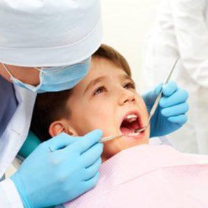 SCHONEND WEISSERE ZÄHNE IN KURZER ZEIT Die Prophylaxe bei Kindern umfasst bei uns die Vorsorgeuntersuchung und die professionelle Zahnreinigung. Bereits im jungen Alter ist eine professionelle Zahnreinigung sinnvoll, um Krankheiten im Mundraum vorzubeugen. Karies ist eine bakterielle Zahnerkrankung und es ist daher wichtig, dass bereits die Milchzähne gesund und kariesfrei sind. Besonders die Milchzähne sind aufgrund ihres mineralstoffarmen und dünnen Zahnschmelzes häufig anfälliger für Karies. Sorgfältige Mundhygiene Ist ein Milchzahn an Karies erkrankt, kann dies auch die bleibenden Zähne infizieren, was schließlich zu einem Loch im Zahn resultiert. Unsere Kinderprophylaxe dient dazu, bereits die kleinen Patienten für eine sorgfältige Mundhygiene zu sensibilisieren und langfristig schöne und gepflegte Zähne zu erhalten. Wichtig ist uns zu ergänzen, dass eine professionelle Zahnreinigung für Kinder immer eine Ergänzung zum täglichen Zähneputzen. Mithilfe von speziellen Geräten können unsere geschulten Prophylaxehelferinnen auch schwer erreichbare Stellen im Mund sorgfältig reinigen.