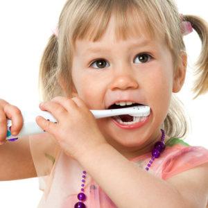DIE RICHTIGE PUTZTECHNIK FÜR IHRE ZÄHNE Sie putzen ihre Zähne zwei- bis dreimal täglich und trotzdem findet der Zahnarzt bei jedem Besuch wieder etwas Neues? Das könnte an der Putztechnik liegen – wir zeigen Ihnen, welche die für Sie richtige ist. Denn um Karies und Parodontitis zu verhindern, bedarf es einer ganz bestimmten Technik und manchmal auch einer Umstellung der Ernährungsgewohnheiten. Niemand wird mit diesem Wissen geboren, deswegen geben wir dieses Wissen gerne an Sie weiter.  Vereinbaren Sie einen Termin mit unseren professionellen Prophylaxe-Helferinnen und erfahren Sie, wie Sie mit wirksamen Handgriffen Ihre tägliche Zahnpflege optimieren können.  FÜR KINDERGÄRTEN bieten wir eine direkt auf die Bedürfnisse der Kinder abgestimmte Beratung in den Einrichtungen an. Wir kommen zu Ihnen und vermitteln unterhaltsam und spielerisch, wie das optimale Zähneputzen funktioniert und geben den Kleinen wertvolle Tipps zur Vorbeugung von Karies.  Wir freuen uns auf Ihren Anruf und informieren Sie gerne im Gespräch über unser Zahnputztraining für Kindergärten.