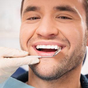 ZAHNFLEISCHPFLEGE FÜR GESUNDE ZÄHNE  Geschwollenes und gerötetes Zahnfleisch oder sogar Blutungen sind ein Zeichen für Gingivitis, eine meist bakterielle Entzündung des Zahnfleisches, bei der auch der empfindliche Zahnschmelz angegriffen wird. Die akute Form der Erkrankung ist vor allem in den Zahnzwischenräumen zu finden und kann sehr schnell zu einer Parodontitis und schließlich zu Zahnverlust führen. Daher ist es wichtig, Gingivitis früh zu erkennen und zu verhindern. Wir zeigen Ihnen, welche Methode der Mundhygiene für Sie die beste ist und erstellen Ihnen ein persönliches Programm, das Sie leicht selbst zuhause anwenden können.  Fragen Sie uns einfach nach Ihrem individuellen Mundhygieneprogramm.