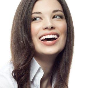 SCHONEND WEISSERE ZÄHNE IN KURZER ZEIT  Als Amalgamsanierung bezeichnet man Behandlungen bei denen Amalgamfüllungen aus Ihren Zähnen entfernt wird. Das Material Amalgam wird bereits seit langem zur Rekonstruktion kariöser Defekte am Zahn genutzt. Es handelt sich dabei um ein günstiges Füllmaterial, bestehend aus Quecksilber und einem Gemisch aus Silber, Kupfer, Zink und Zinn. Amalgam ist besonders vielseitig und sehr leicht zu verarbeiten, weshalb es so beliebt war. Für eine bessere (Zahn)Gesundheit und eine höhere Lebensqualität Auf Basis langjähriger Forschungen wurde festgestellt, das bei besonders empfindlichen Patienten zu einer elektrochemischen Korrosion kommen kann, die sich mit einem metallischen Geschmack bei den Patienten bemerkbar macht. Bedingt durch z.B. die täglichen Mahlzeiten kann eine mögliche Auflösungserscheinung der Zahnfüllung im Oberflächenbereich auftreten. Auf diesem Weg können kleine Quecksilberpartikel über den Verdauungsweg in den Körper gelangen und unterschiedliche Krankheitssymptome hervorrufen. Wir bieten Ihnen auf Basis modernster Therapien eine Amalgamsanierung an. Im Rahmen einer individuell auf Sie abgestimmten Ausleitungstherapie lassen sich Amalgamfüllungen entfernen und somit die weitere Aufnahme von Quecksilber in den Körper verhindern.